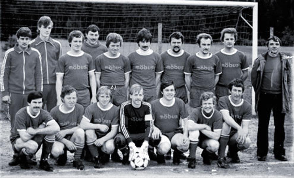 Fußballmannschaft in Möbus-Trikots